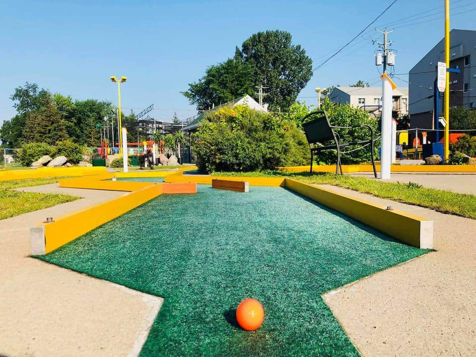 A ball is on the mini golf fairway in Fun Putt et Lance Balle Vanier